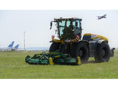 Best of Sales: XERION tractors in operation at Vienna Airport - 0